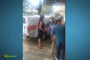 160401 - BRASÍLIA-DF - Barrado em porta giratória, PM dá voz de prisão a funcionárias de banco