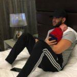 Gusttavo Lima toca piano para filho recém-nascido e emociona seguidores