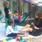 Marina Ruy Barbosa vira 'tela' em tarde de pintura com crianças: 'Lindos'